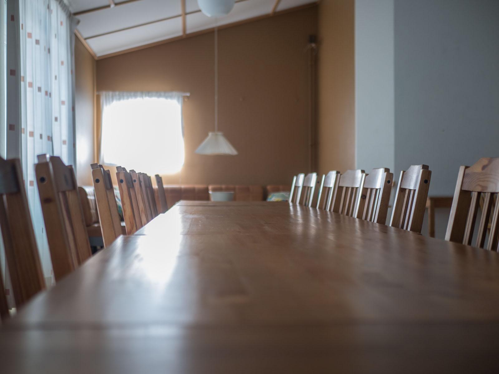 Bord och stolar skänkes